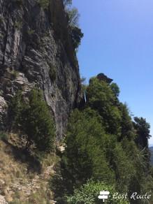 Intaglio nella roccia da lontano, Coste del Giovo