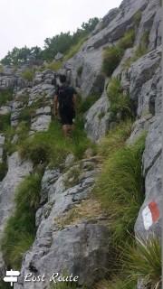Sentiero sulle rocce verso il Monte Sumbra