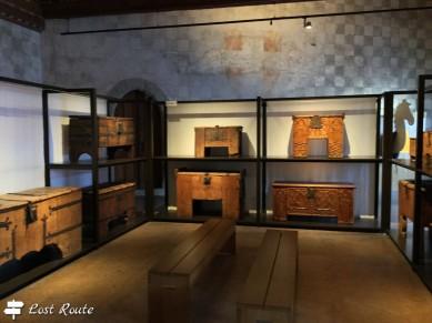 Bauli d'epoca in esposizione nel Castello di Chillon, Veytaux, Grand Tour of Switzerland