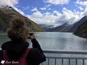 Chiara fotografa le montagne intorno al Lago di Dix, Diga Dixence, Valais, Grand Tour of Switzerland