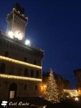 Il Municipio di Montepulciano addobbato in occasione del Mercatino di Natale, Siena, Toscana