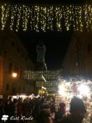 La torre del Municipio svetta in mezzo agli stand al Mercatino di Natale di Montepulciano, Siena, Toscana