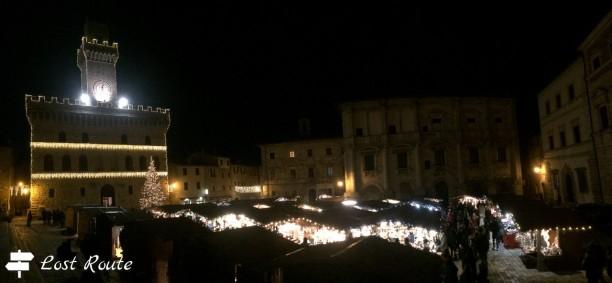 Panoramica Piazza Grande a Montepulciano, il mercatino sotto al Municipio, Siena, Toscana