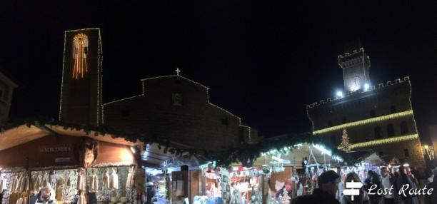 Panoramica Piazza Grande, dal Duomo al Palazzo Comunale, intorno al mercatino di Natale di Montepulciano, Siena, Toscana