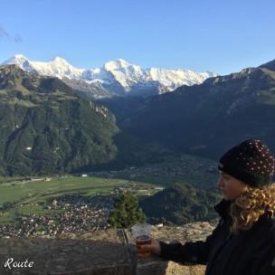 Una birra sull'Harder Kulm, di fronte a Eiger, Monch e Jungfrau, Interlaken, Berna, Grand Tour of Switzerland