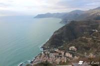La vista di Riomaggiore e della costa fino a Punta Mesco, dal Santuario di Nostra Signora di Montenero, Riomaggiore, Cinque Terre, Liguria