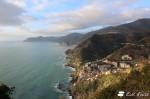 La vista di Riomaggiore e della costa fino a Punta Mesco, dalla strada, Riomaggiore, Cinque Terre, Liguria