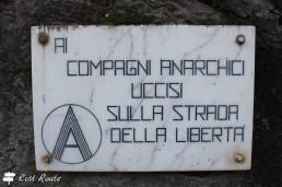 Targa 'Ai compagni anarchici...'